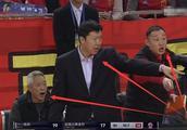 少见,王治郅场边训斥球员,这一次连助教吴忻水也忍不住了