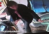 醉鬼辱骂公交司机被飞踹!网友争论:是否过分?