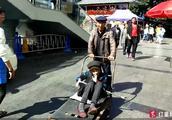 70岁儿子用板车推母亲逛街:以前她背我现在我推她