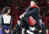 姚明球衣退役仪式后,哈登直接跳到姚明怀里给个熊抱