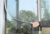 别再装窗纱了,聪明人早就换上这种窗贴,透光不透明又美观