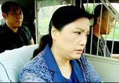 两口子吵架老婆气得要跳车,司机拦着不让跳,主要是怕被扣分