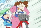 蜡笔小新:全家睡过头了,小新没赶上娃娃车,妈妈骑车全速送小新