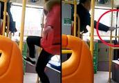 四川一女子与公交司机爆发肢体冲突 车辆开动后骂战升级