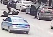 男子持刀伤人,一执法人员在旁边拍视频,而不上前制止!