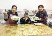 儿媳做锅贴,打6个鸡蛋,一锅做16个,又香又脆,婆婆却说是煎饺