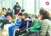 """""""小眼镜""""开学前扎堆看眼科,度数升高,长时间玩手机或为主因!"""