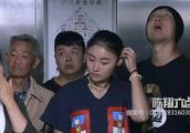 陈翔六点半:朱小明电梯里伸咸猪手还不承认,被一家子按地上打!