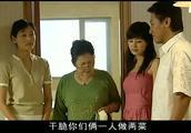 男子陪前妻和未婚妻在厨房做饭,两个女人的争斗让男子为难了