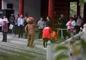 商场偶遇抢劫假熊玩偶出手相救