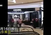 青岛一女子打砸香奈儿专柜,撕扯售货员衣服,警方:系精神分裂