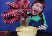 韩国搞笑大姐,太豪放了,竟然手撕大章鱼,真是条女汉子