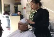 爆笑视频:洗头妹与一男子发生争执,结果男顾客无辜躺枪!