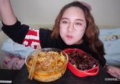 深夜吃一碗热辣的螺蛳粉+一碗香喷喷油腻腻的红烧肉盖浇饭