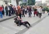 3女1男当街暴打城管 围观群众挺身制止