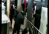 乘客携带仓鼠进站乘车被拒,竟和工作人员耍起了心眼