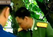 解放军驻港部队第一次站岗,遭遇老外游客侮辱,中国公民做法太爽