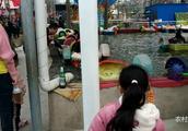 农村宝爸带着女儿在公园里,想让她玩一下水上的玩具为啥女儿不玩