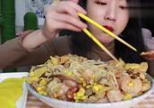 吃播小姐姐,一人独食超豪华螺蛳粉,爆辣!疯狂嗦粉!