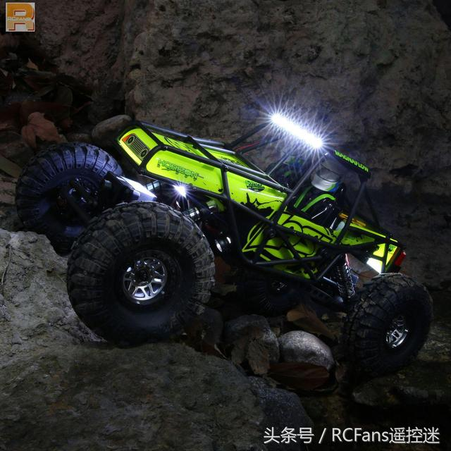 开夜车的 Losi Night Crawler SE 4WD 攀爬
