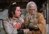 两个武林高手对战一个顶尖高手,三节棍厉害,袖里藏刀也不差