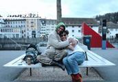 小鸟依人的所长!陈奕迅瑞士街头获陌生人拥抱被感动