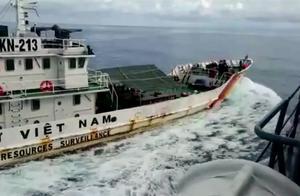 两小国在南海爆发激烈冲突,多艘舰艇互相撞击,双方一度拔枪相向