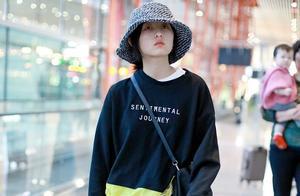 张子枫休闲穿搭极具活力感,头戴渔夫帽低调可爱