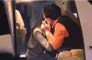 朱时茂与美女吻别 网友:太投入了