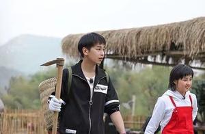 网友偶遇吴亦凡录制《向往的生活》,神情放松与张子枫有说有笑!
