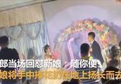 新娘婚礼上要五万拜堂钱被拒,将捧花扔地扬长而去,新郎:随你便