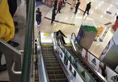 「重庆南坪万达广场一人仰面倒地流血」疑似从扶梯摔下
