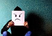 逆行小伙崩溃:成年人的负面情绪,是久治不愈的慢性病
