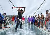 质疑中国张家界玻璃桥,外国人一锤下去,在场所有人都尴尬了