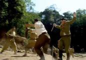 师叔的死激怒战士砍断鬼子军刀踢倒他,用拳头将鬼子砸死