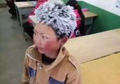 """住在学校不冷!妈妈也回家了……一年过去了,""""冰花男孩""""笑了"""
