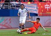 国足落后韦世豪再犯浑,背后铲伤对方球员,对手被激怒后犯规报复