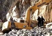 该警醒了!挖机手被石头砸中,当场死亡……