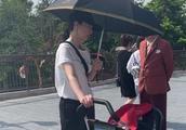 高云翔发文护妻后,妻子董璇带女儿低调游迪士尼